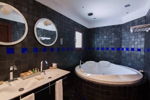 Cuarto de baño dormitorio Complejo Turístico La Garganta tu balcón al Caminito del Rey | @lagarganta.com