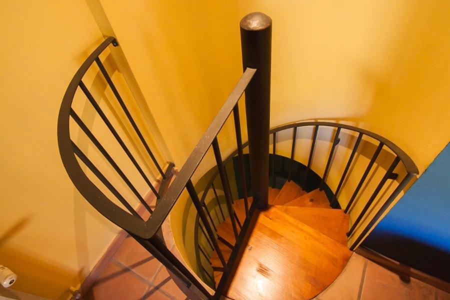 Escalera de caracol para subir al dormitorio