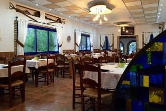 Salon restaurante Complejo Turístico La Garganta tu balcón al Caminito del Rey | @lagarganta.com