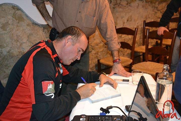 Juan-Ignacio-Amador-firmando-libros