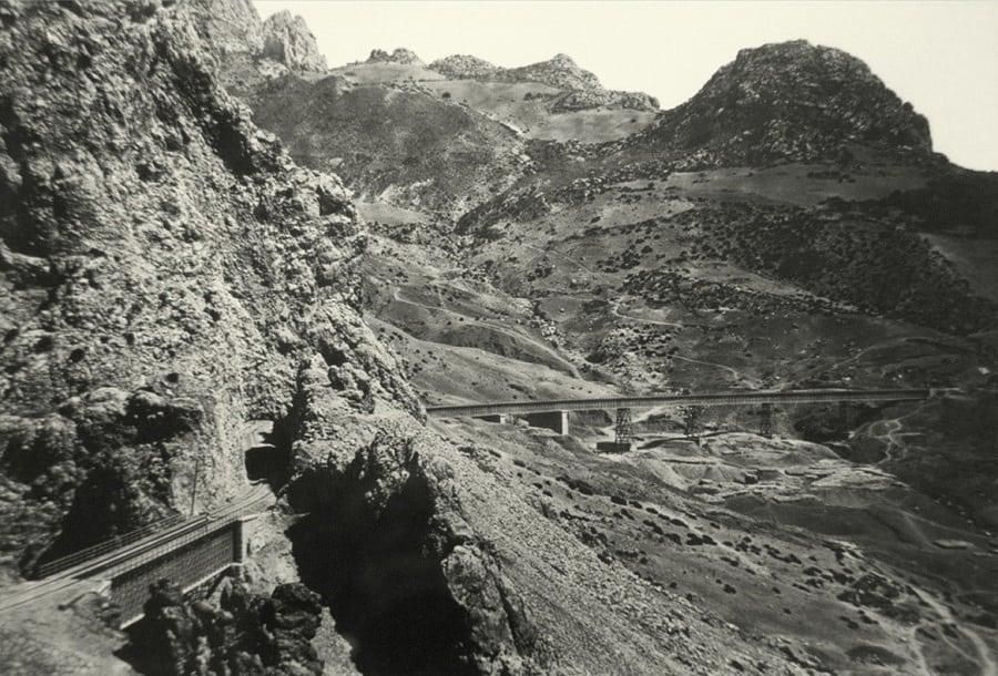 Foto antigua Caminito del Rey: Vistas de la vía del ferrocarril a su salida de El Chorro