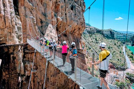 Personas cruzando la pasarela del Caminito del Rey