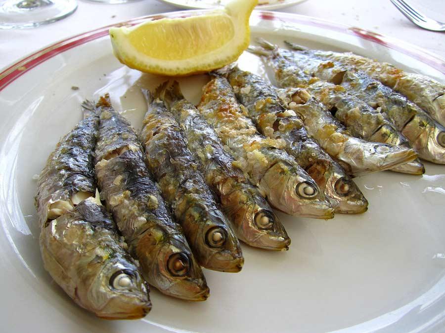Plato de espetos de sardinas