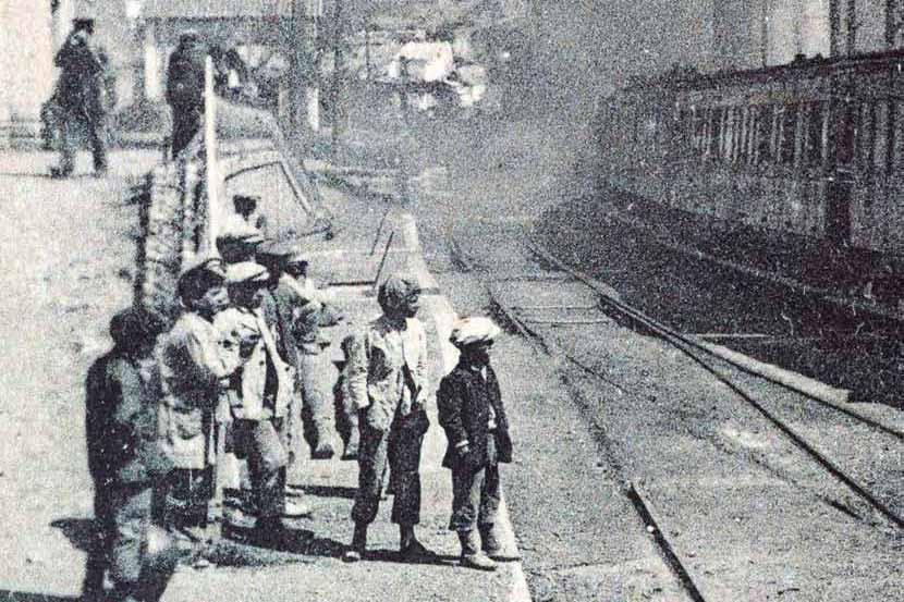 Niños en la Estación de ferrocarriles de El Chorro en 1896