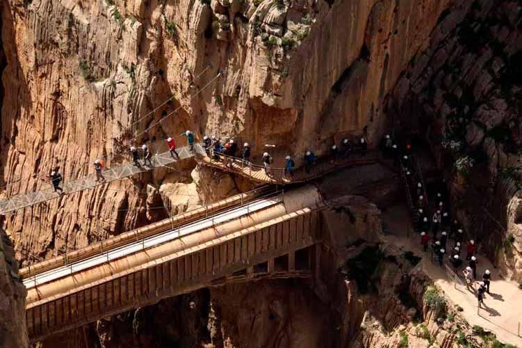 Visitante cruzando el puente colgante del Caminito del Rey